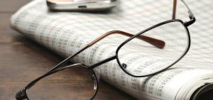 Foto Brille auf Zeitung