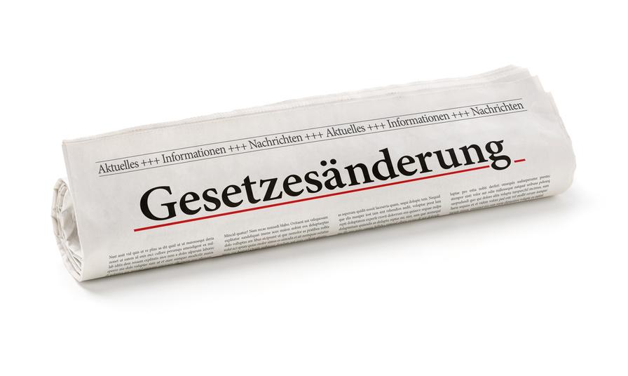 Zeitungsrolle mit der Überschrift Gesetzesänderung